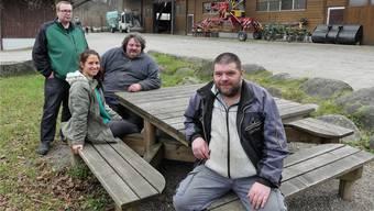Drei von fünf Fotografen – Nikolaus Petscher, Hanspeter Gasser und Martin Reichert (von links) – zusammen mit Studentin und Projektleiterin Petra Koechli im Murimoos.