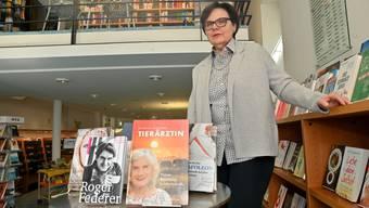 Stadtbibliotheks-Leiterin Sibylle Scherer steht bei der Auslage, wo normalerweise die neuesten Medien ausgestellt werden. Die jetzigen Bücher sind schon länger da, weil seit Anfang Jahr keine neuen Medien mehr angeschafft werden dürfen. Bruno Kissling