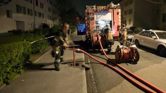 Dafür wäre der Hydrant eigentlich da: Feuerwehrleute füllen den Tank des Löschfahrzeugs auf (Archiv)