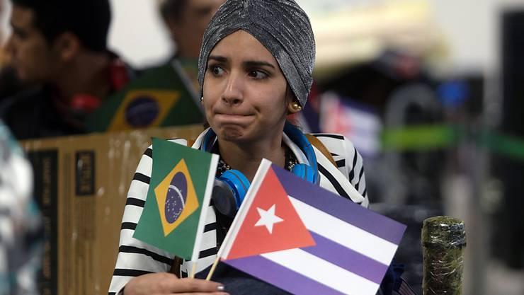 Hunderte kubanische Ärzte haben nach dem Streit um das Ärzte-Programm in Brasilien die Rückreise angetreten. In Brasilien fehlt es daher bereits in mehreren Ortschaften an medizinischem Personal.
