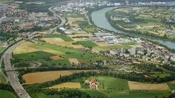 Planung: Links das Dorf, rechts im Vordergrund das Längiquartier. Dazwischen wird das Gewerbe- und Wohngebiet Salina Raurica gebaut. MZ-Archiv