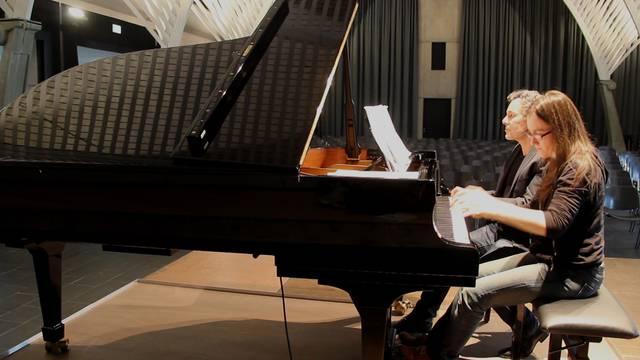 Klavierlehrpersonen Bernadette Soder und Alex Shinn spielen Ravels «Rapsodie espagnole» auf dem neuen B-Flügel der Kanti Wohlen.