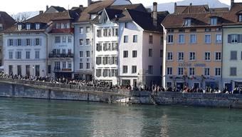 Die Google-Daten zeigen: Die Solothurner befinden sich im schweizweiten Vergleich noch öfter ausser Haus. (Archivbild vom Tag 2 nach der COVID-19 Verordnung)