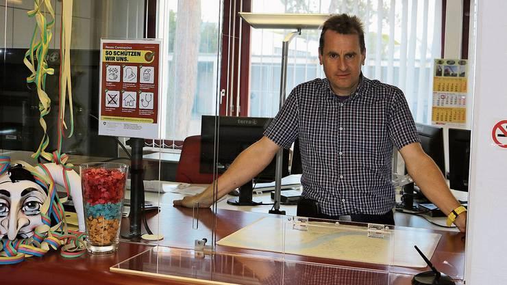Der Steiner Gemeindeschreiber Sascha Roth an einem der Schalter, die mit einer Plexiglasscheibe geschützt wurden.