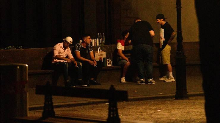 Nachts wird der Platz jung: Jugendliche am Freitagabend auf der Pfalz.