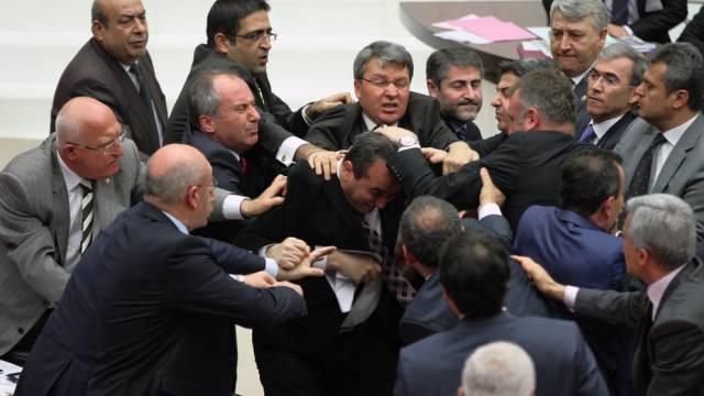 Rauferei im türkischen Parlament