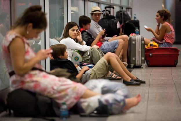 Am Flughafen La Guardia gestrandete Passagiere, weil Flüge nach der Bruchlandung gestrichen wurden.