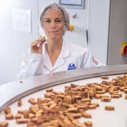 Anna Hug probiert in der Produktion das Magenbrot.