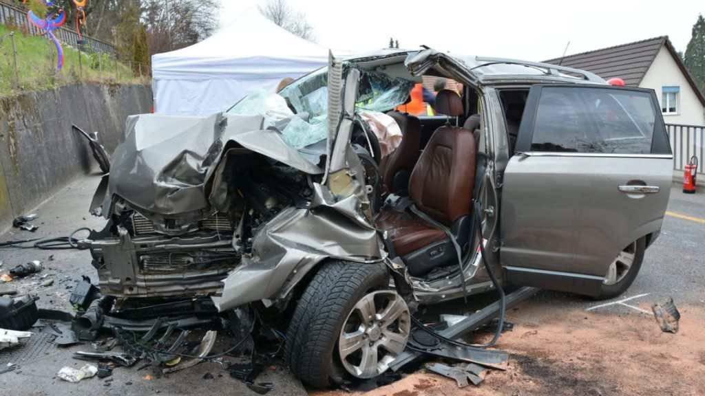 Zuerst ein Kandelaber, dann die Wand: Der Lenker dieses Wagens überlebte den Unfall in Frenkendorf BL nicht.