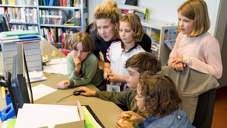 : Kinder produzieren mit Hilfe von Erwachsenen eine Zeitung.