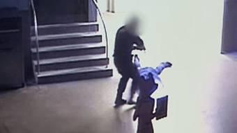 Bilder der Überwachungskamera zeigen, wie der Polizist den Mann tritt.