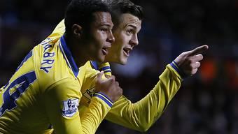 Arsenals Serge Gnabry (l.) und Jack Wilshere jubeln über das 0:1.