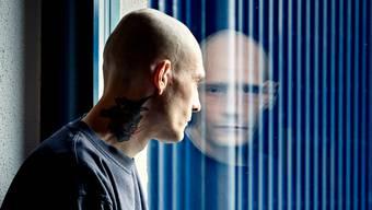Ein Mann mit zwei Gesichtern: Der Verwahrte Maik B. im Besucherraum der Justizvollzugsanstalt Lenzburg.