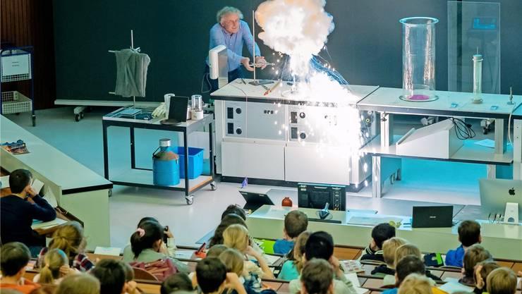 Wenn der Uni-Professor Roger Alberto das ABC der Chemie erklärt, ist das Spektakel garantiert.Enzo Lopardo