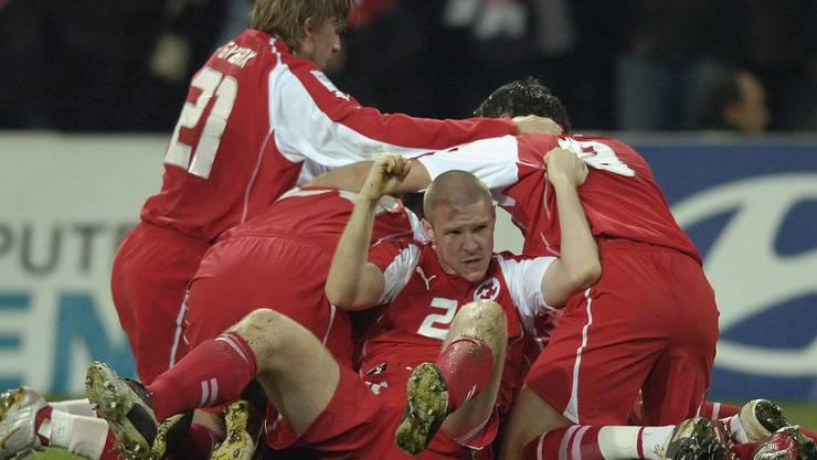 Philippe Senderos schoss die Schweiz im ausverkauften Wankdorf-Stadion gegen die Türkei mit 1:0 in Führung - das Barrage-Spiel zur WM 2006 endete 2:0 für die Schweiz.