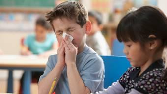 Mit allein einem Pfnüsel ohne Husten und Fieber darf das Kind noch zur Schule.