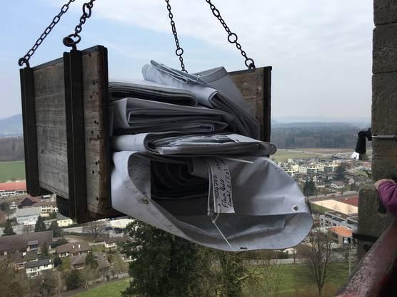 Die Blache wurde in einem Stück auf das Schloss transportiert.