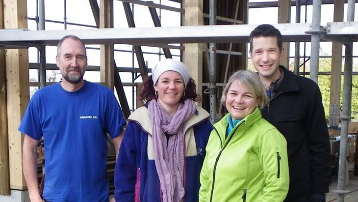 Sie freuen sich über den gelungenen Arbeitseinsatz: Marcel John vom Lyons Club Fricktal (von links), Hofbesitzerin Carmen Pfrunder, Franziska Bircher und Roger Erdin vom Rotary Club Laufenburg-Fricktal.