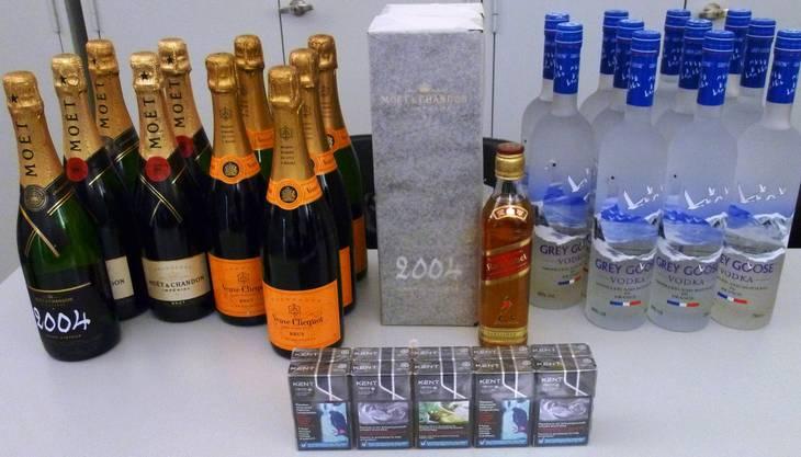 Die Rumänen hatten knapp zwei Dutzend Champagner- und Wodkaflaschen im Gepäck.