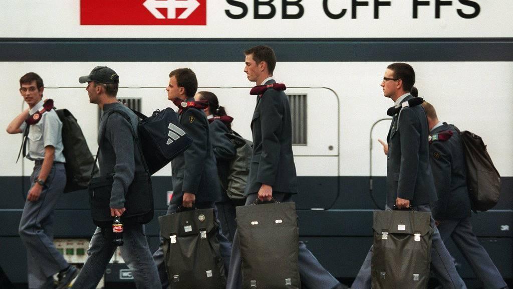 Rekruten auf dem Bahnsteig, Symbolbild (KEYSTONE)