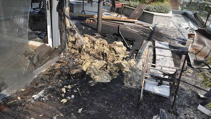 Ein Brand auf der Terrasse einer Attikawohnung hat am Montagnachmittag in Hünenberg ZG beträchtlichen Sachschaden angerichtet. (Bild: Zuger Polizei)