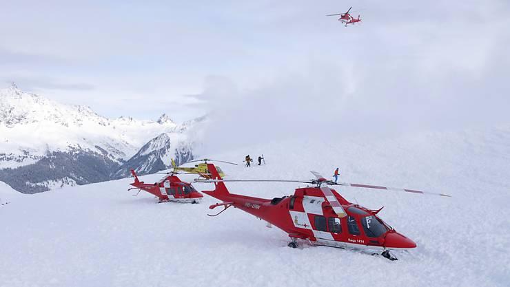 Zwei Helikopter der Rettungsflugwacht Rega und einer der Heli Bernina: Das Lawinenunglück im Prättigau hatte einen Grosseinsatz der Retter ausgelöst.