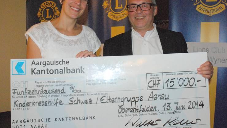 Checkübergabe Sonjy Aytar und Walter Keller vom Lions Club Suhren Wynental