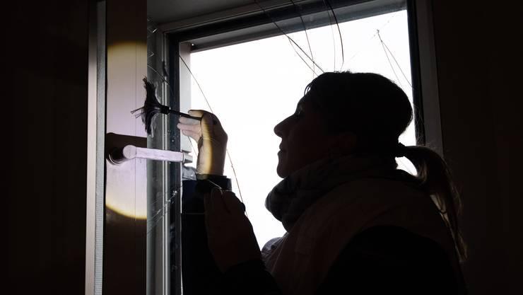 Die Polizei kam einem 23-jährigen Bulgaren rasch auf die Schliche: Noch am Tag seines Einbruchs in ein Schlieremer Einfamilienhaus wurde er geschnappt. Nun muss er für 17 Monate ins Gefängnis (Themenbild).