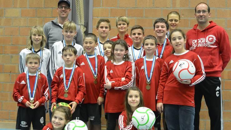 Die beiden U10-Mannschaften und die U12 mit Trainer/Coach-Gespann, Benjamin Marti-Suter, Erika Marty und Reto Egolf