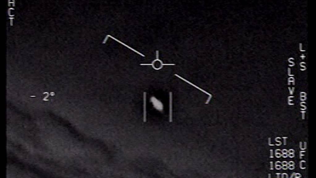 Screenshot eines Videos mit einem verdächtigen Flugobjekt. Das Bild wurde Ende April vom US-Verteidigungsministerium veröffentlicht. Nach dem Willen des Senats soll künftig das Pentagon alle Materialien zu UFO-Sichtungen der Öffentlichkeit zugänglich machen. (US NAVY)