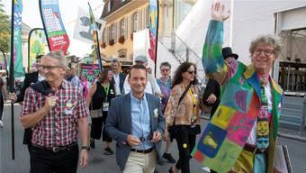 Jürg Baur an der Eröffnung des Stadtfests, passend zum Motto «Verfärbt»