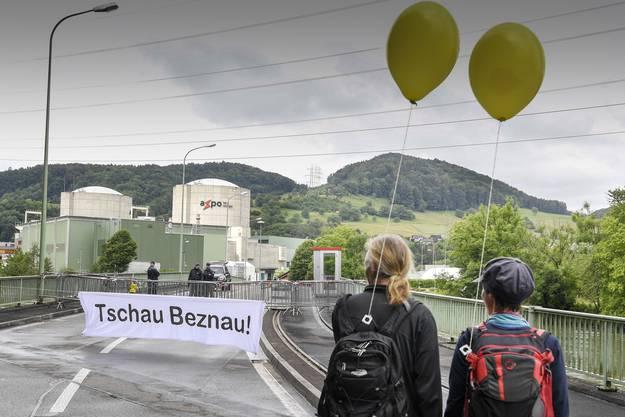 Menschenstrom gegen Atom: Demonstranten laufen in der Region um das AKW Beznau.