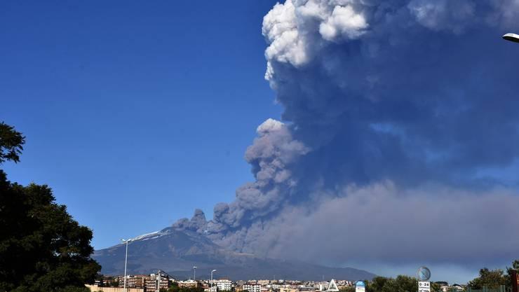 Eine gigantische Rauchwolke türmt sich am 24. Dezember über dem Ätna auf.