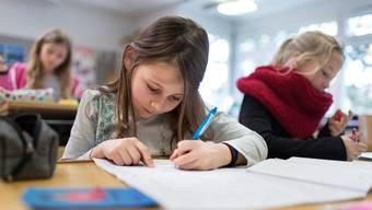 Wird begabten Schülern im Unterricht langweilig, kann das schlechtere Noten zur Folge haben. (Symbolbild)
