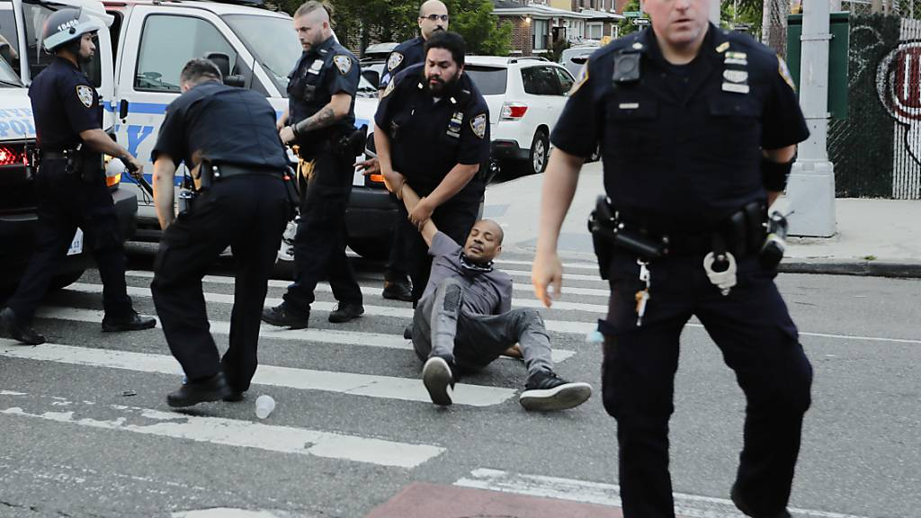 Würgegriff verboten: erste Polizeireformen in Minneapolis