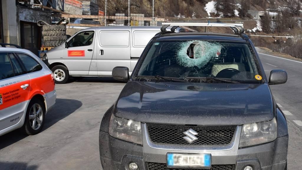 Ein rund sieben Kilogramm schwerer Steinbrocken hat bei Zernez die Frontscheibe dieses Autos durchschlagen. Der Lenker wurde verletzt.