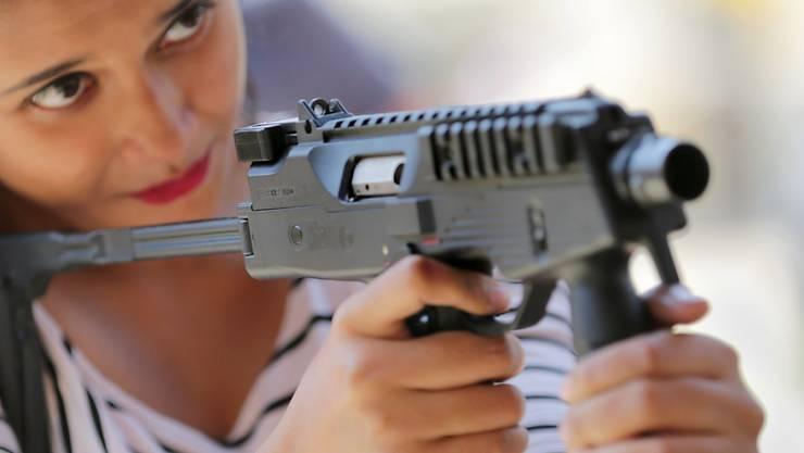 Eine indische Studentin mit einer Schweizer Maschinenpistole: Der Bundesrat will den Export von Waffen erleichtern. (Archivbild)
