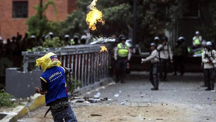 Venezuela kommt nicht zur Ruhe. Die Proteste tausender Menschen gegen die Regierung werden trotz massiver Polizeimassnahmen immer grösser.