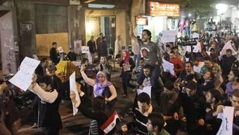 Menschen protestieren im Armenviertel Imbaba in der Hauptstadt Kairo