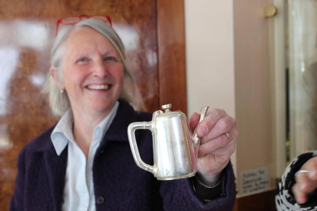 Marlis Pfund hält eines der letzten Hotelkrüglein aus Silber in der Hand