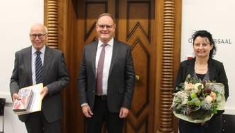 Andreas Wegmüller (links) war zuerst Ammann in Leibstadt, danach 15 Jahre lang Bezirksrichter. Gerichtspräsident Cyrill Kramer hat ihn nun verabschiedet und Karin Gfeller willkommen geheissen.