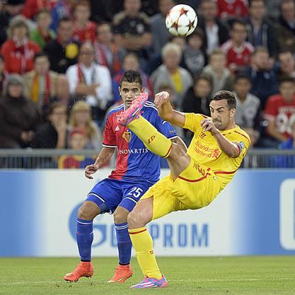 FCB-Youngster Derlis Gonzalez hat gegen Liverpools Jose Enrique das Nachsehen
