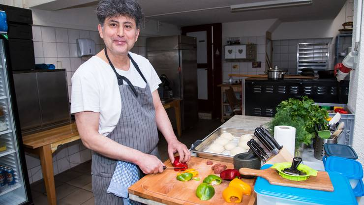 Koch Sami Koç hat sich dank eat.ch selbstständig gemacht. Unter dem Namen «Son Hundert Fünf Meze» beliefert er Kunden in ganz Basel.