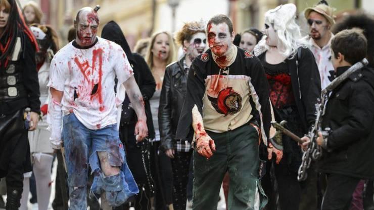 Seit einigen Jahren hält der Brauch von Halloween auch in der Schweiz Einzug. Hier machen Zombies die Strassen von Yverdon-les-Bains VD unsicher.