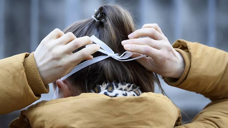Frau mit Schutzmaske. (Symbolbild)