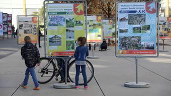 Ein Bild von der Eröffnung der 20. Wohntage. Schüler der Sek 3 A B und C haben Grenchen in 50 Jahren entworfen und präsentierten auf dem Marktplatz ihre Ideen.