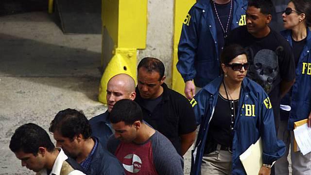 Verhaftete und FBI-Beamte in Puerto Rico