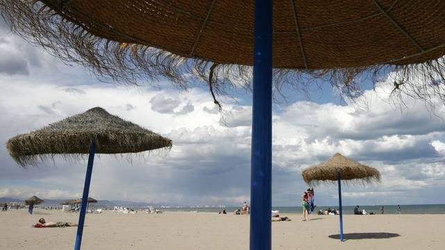 Sonnenschirme am Strand von Valencia (Archiv)