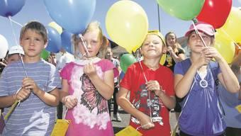 Die Kinder in Unterleberberg liessen auf dem Pausenplatz Ballone in die Luft steigen.