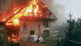 Am 30. Oktober brannte in Mellikon dieses Mehrfamilienhaus. Neben zwei Verletzten gab es einen hohen Sachschaden.